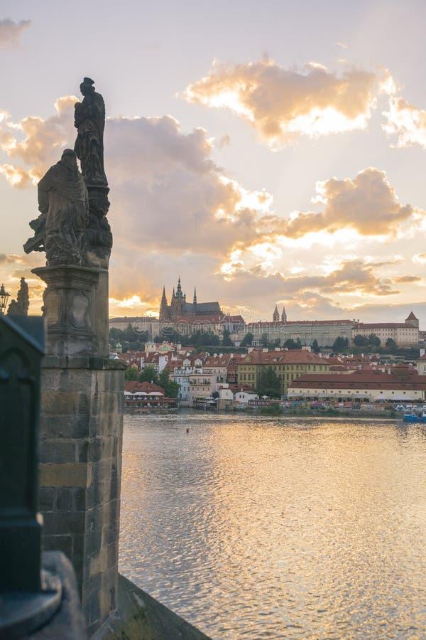 Widok Praga kasztel od Charles mosta zdjęcia stock