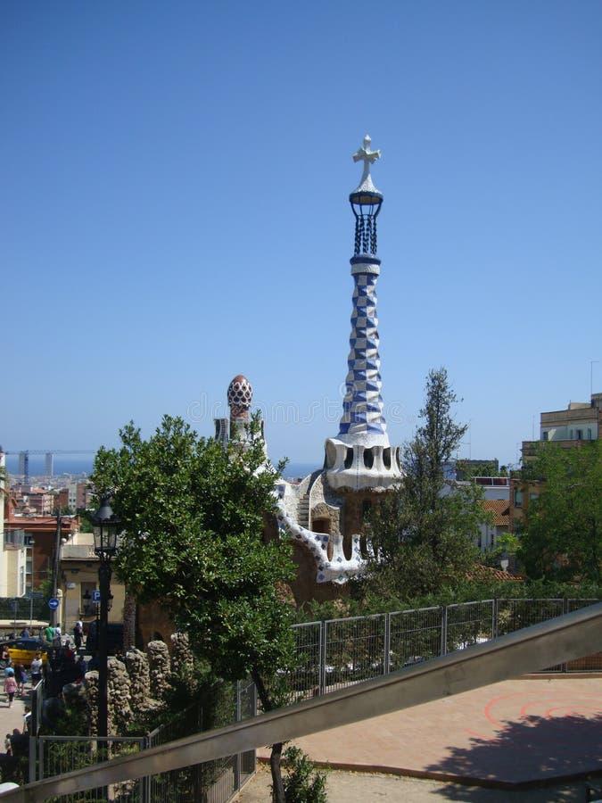 Widok Prawy pawilon z pinaklem z promienia krzyżem Parkowy Guell w Barcelona, Hiszpania obraz royalty free