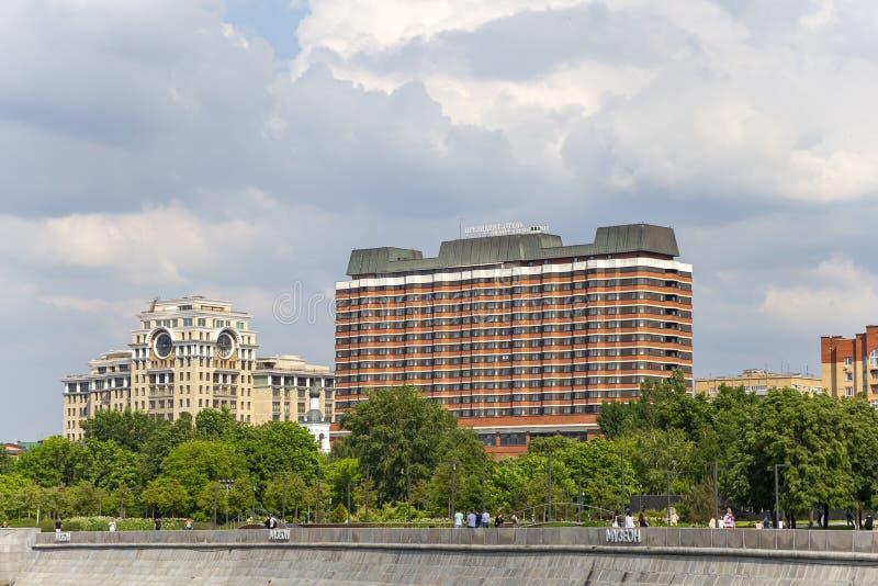 Widok prezydenta hotel w śródmieściu, Krymskaya bulwar w Moskwa, Rosja Strzela? od turystycznej przyjemno?ci ?odzi obrazy stock