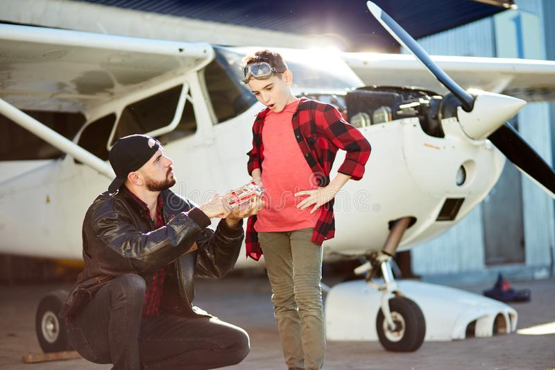 Widok przedstawia jego syn zabawki samolotu samolotowa pobliska jata potomstwo ojciec zdjęcia royalty free