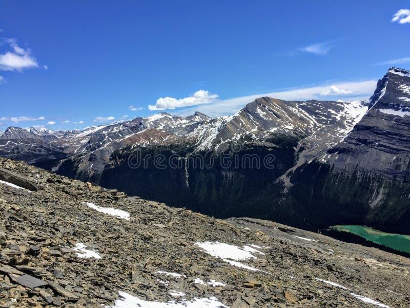 Widok przegapia Skaliste góry wzdłuż góra lodowa Jeziornego śladu w górze Robson obrazy stock