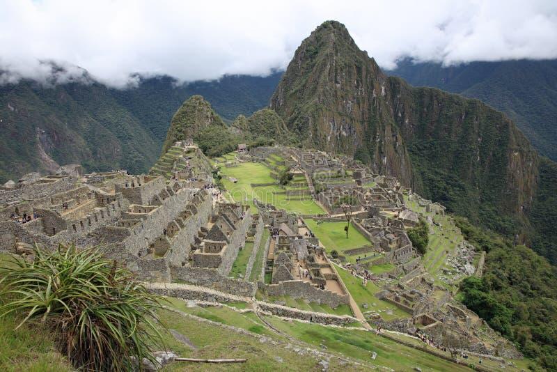 Widok przegrany Incan miasto Mach Picchu z turystami blisko Cusco Peru zdjęcia royalty free