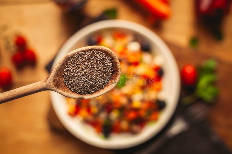 Widok przeliterowany naczynie na drewnianym tle z niekt?re sk?adnikami woko?o: marchewki, pieprze, pomidory, pietruszka i olej, obrazy stock