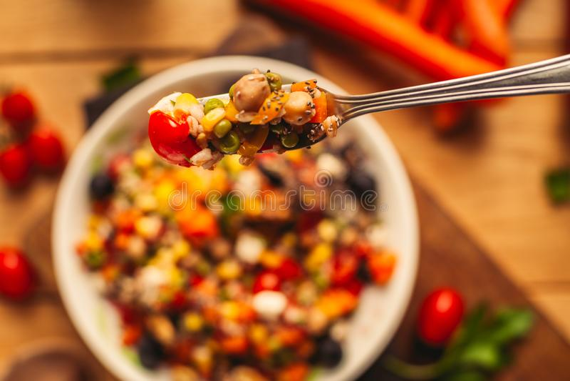Widok przeliterowany naczynie na drewnianym tle z niekt?re sk?adnikami woko?o: marchewki, pieprze, pomidory, pietruszka i olej, obraz royalty free