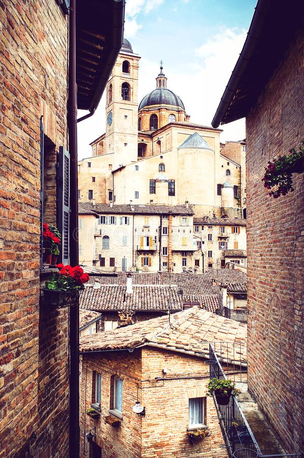 Widok przez średniowiecznych, wąskich ulic Urbino Palaz, fotografia royalty free