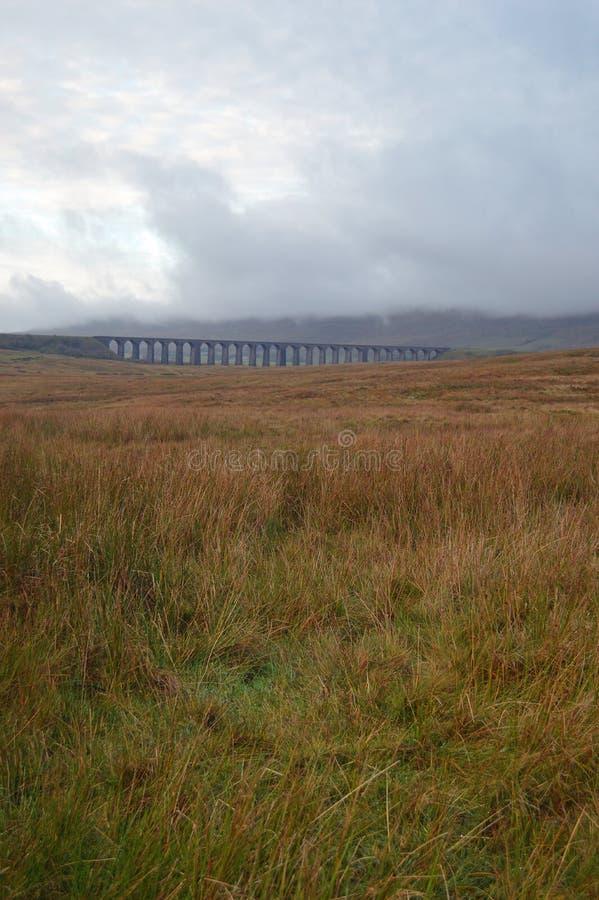 Widok przez Batty mech Ribblehead wiadukt zdjęcie royalty free
