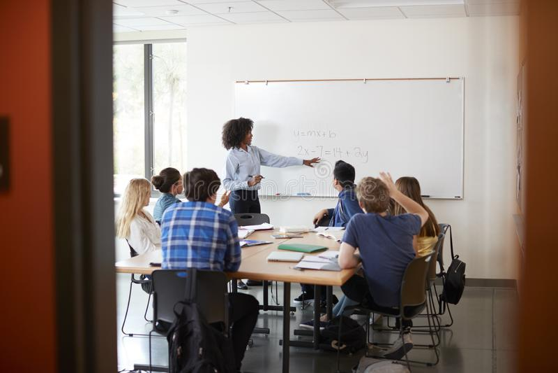 Widok Przez drzwi szkoła średnia adiunkt Przy Whiteboard nauczania Maths klasą obraz royalty free