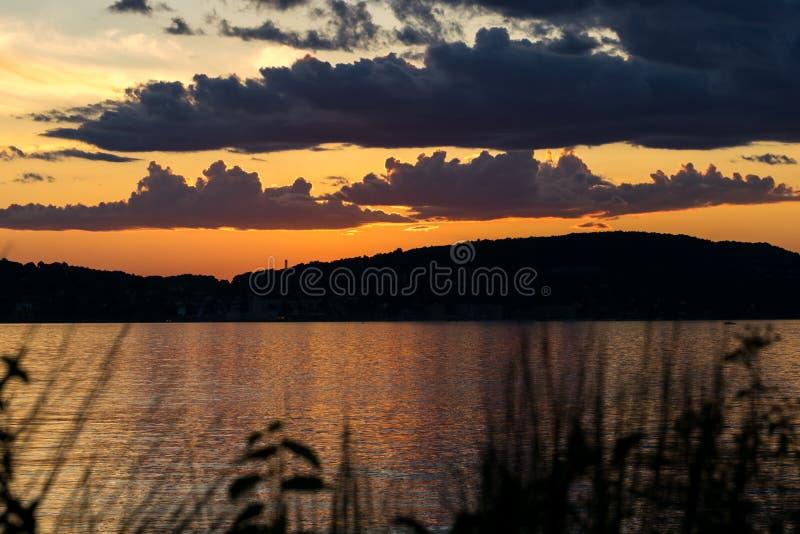Widok przez hudsona jako słońce, ustawia za wzgórzami i dodaje dramatyczną złotą łunę wieczór niebo obraz stock