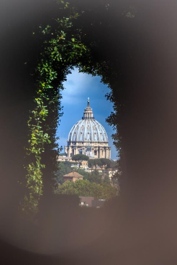 Widok przez keyhole Aventine wzgórze obraz stock