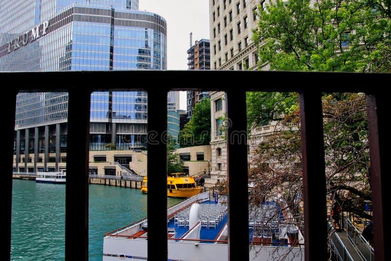 Widok przez Kolumb ulicy mosta rekreacyjne wycieczek turysycznych łodzie przy ich Michigan alei schronieniem z atutu wierza w tle obrazy stock