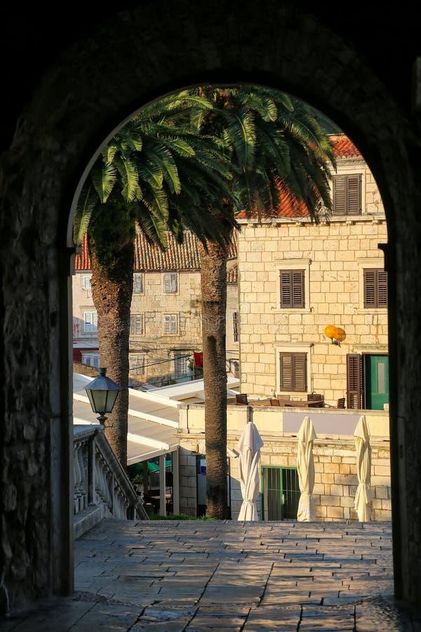 Widok przez Kopnena Vrata ziemi bramy w Korcula starym miasteczku, Croa fotografia stock