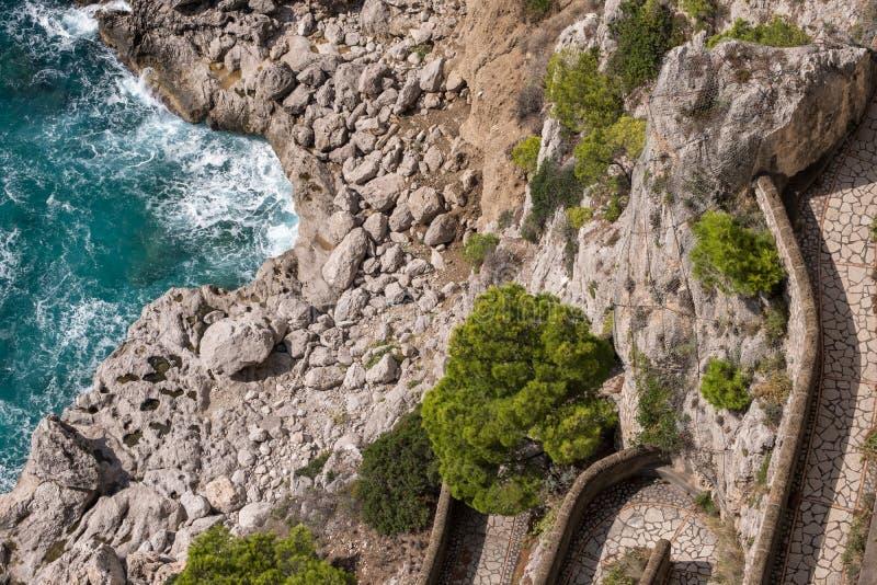 Widok Przez Krupp droga przemian i linia brzegowa od ogródów Augustus Giardini Di Augusto na wyspie Capri, Włochy zdjęcia stock