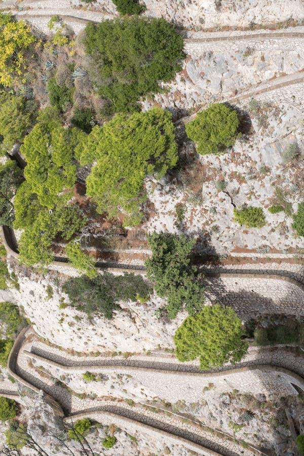 Widok Przez Krupp droga przemian od ogródów Augustus Giardini Di Augusto na wyspie Capri, Włochy obrazy stock