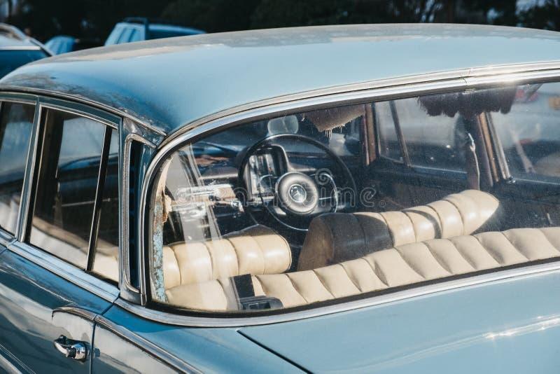 Widok przez okno stary błękitny Mercedes-Benz 600 parkujący w Londyn, UK, na słonecznym dniu obrazy stock