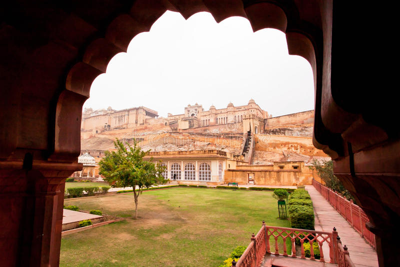 Widok przez rzeźbiącego łuku przy fortecznym bursztynem w Jaipur mieście zdjęcie royalty free