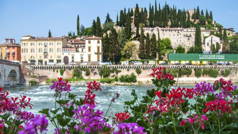 Widok przez rzekę Adige do klasztoru Saint Girolamo i San Pietro Hill w Weronie, Włochy fotografia royalty free