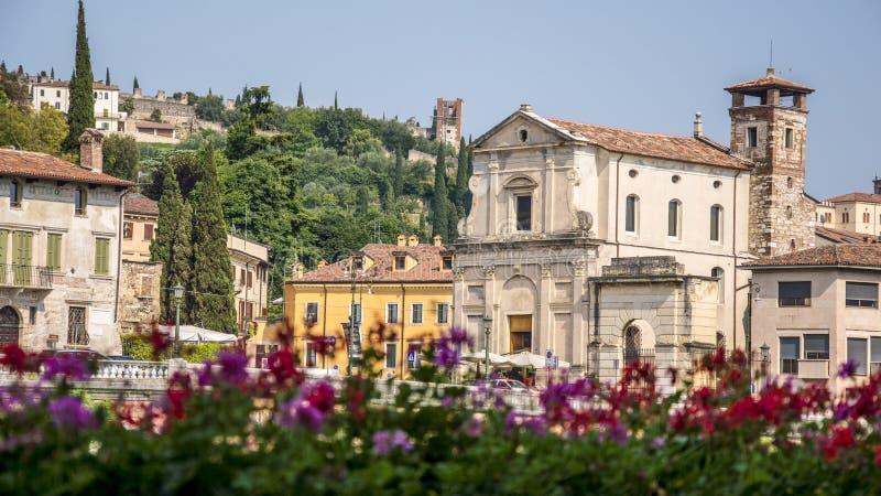 Widok przez rzekę Adige do klasztoru Saint Girolamo i San Pietro Hill w Weronie, Włochy fotografia stock