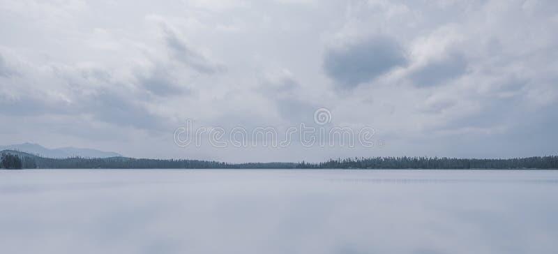Widok przez Rzeszoto jezioro, Yellowstone zdjęcia stock