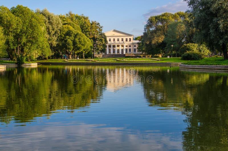 Widok przez staw do Pałacu Jusupowego obraz royalty free