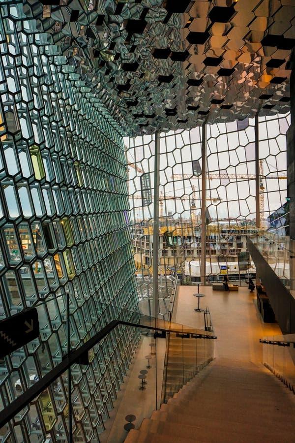 Widok Przez Szklanej fasady Harpa Z miastem Reykjavik W tle, obraz royalty free