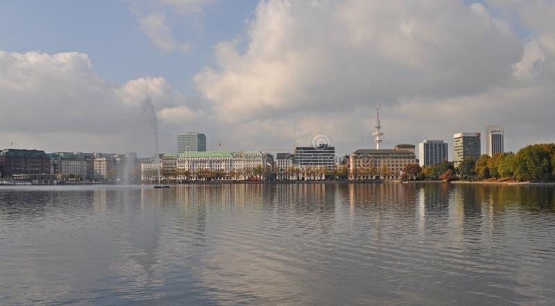 Widok przez Wewnętrznego Alster Jeziorny Binnenalster Hamburg obraz royalty free
