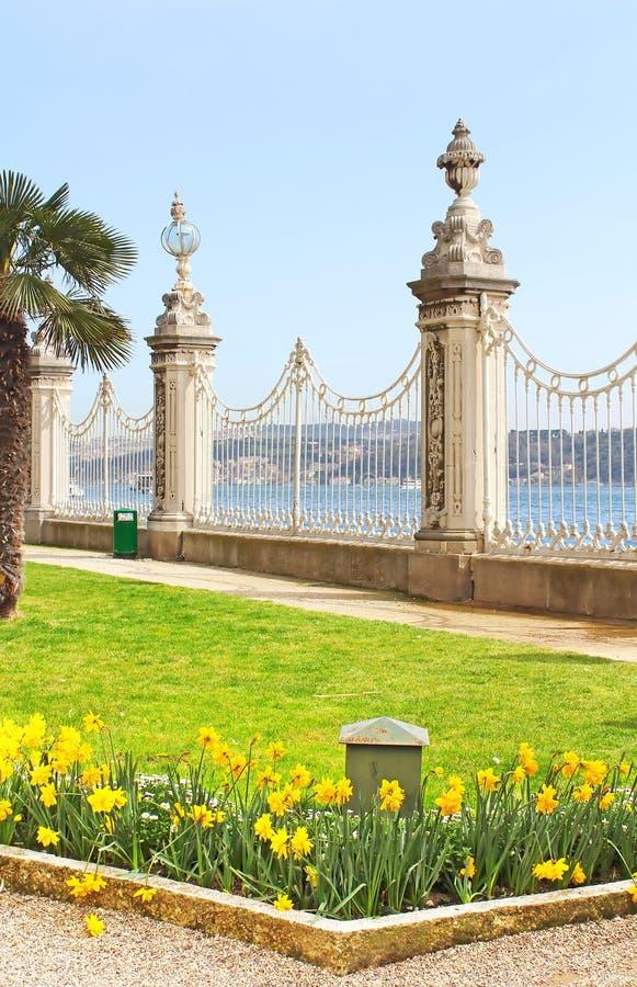 Widok przy Bosphorus przez ogrodzenia blisko Dolmabahce pałac obrazy royalty free