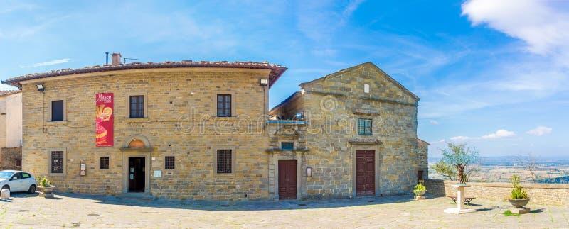 Widok przy budynkami muzeum i kaplica Jezus w Cortona, Włochy - obrazy royalty free