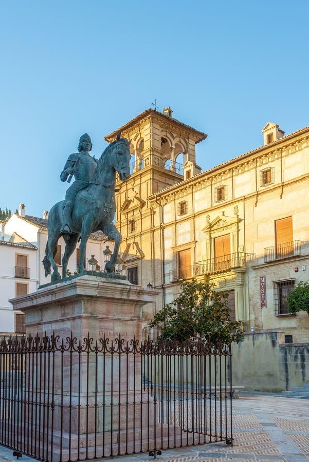 Widok przy budynkiem Antequera grodzki muzeum z statuą Ferdinand Anteqera, Hiszpania - obrazy stock