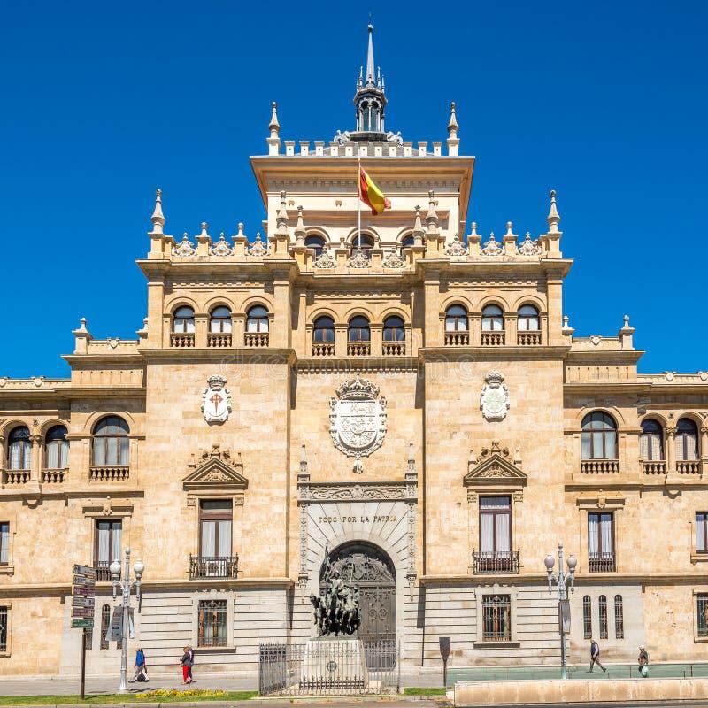 Widok przy budynkiem kawalerii akademia w Valladolid, Hiszpania - obrazy royalty free