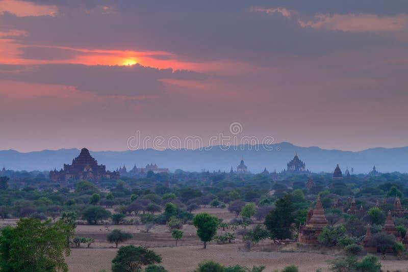 Widok przy doliną Bagan z antyczną pagodą zdjęcia royalty free
