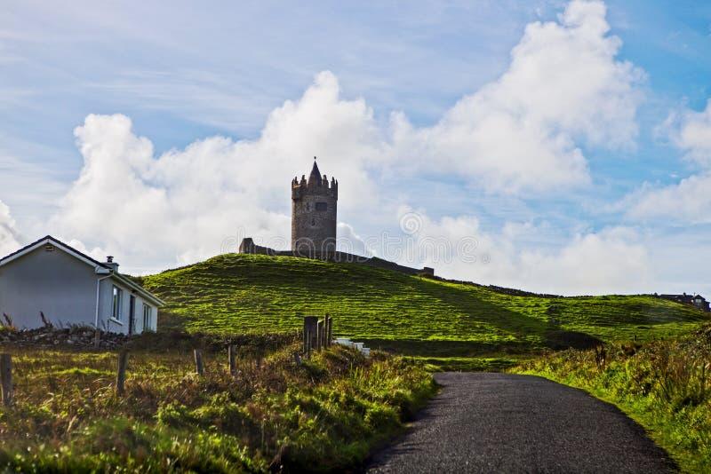 Widok przy falezami Moher z strażowy wierza od Doolin, Irlandia zdjęcia stock