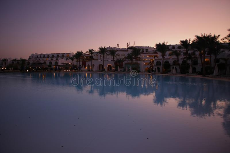 Widok przy hotelowym pobliskim basenem zdjęcia royalty free