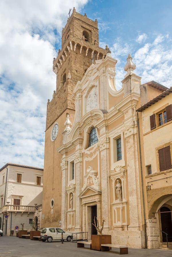 Widok przy katedrą Świątobliwy Peter i Paul w Pitigliano, Włochy - zdjęcie stock