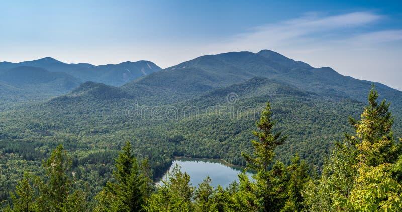 Widok przy Kierowym jeziorem i Algonquin górą obrazy royalty free