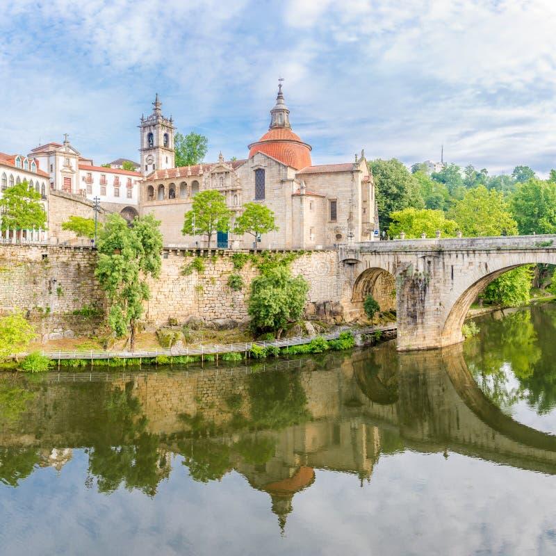 Widok przy kościół Sao Domingos i monasteru Sao Goncalo nad Tamega rzeką w Amarante, Portugalia obraz royalty free
