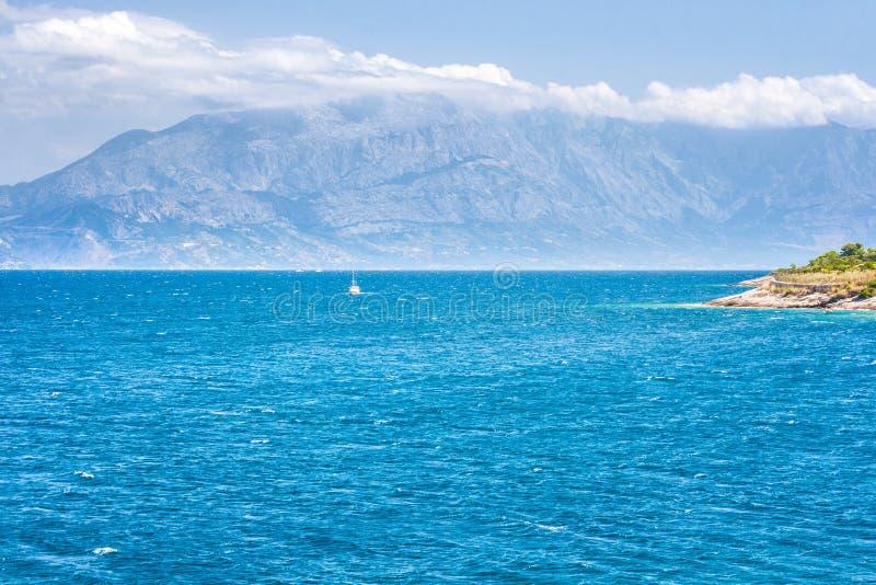 Widok przy morza i góry wybrzeżem Chorwacja od Brac zdjęcie stock