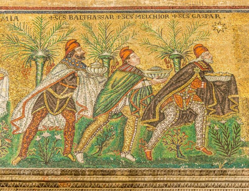 Widok przy mozaiką Trzy królewiątka w Nowej bazylice Świątobliwy Apollinaris w Ravenna, Włochy - zdjęcia stock