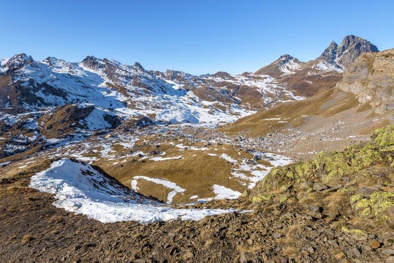 Widok przy Portalet przełęczem od wschodu w wczesnym Styczniu Wybitny szczytowy Midi Ossau w Francuskich Atlantyckich Pyrenees je zdjęcia stock