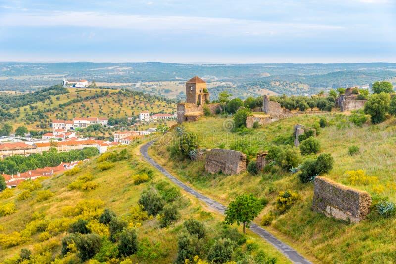 Widok przy ruiny od ściany Montemor-o-Novo kasztelem - Portugalia fotografia stock