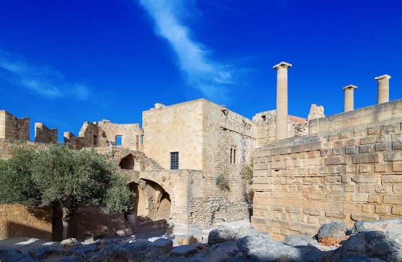 Widok przy starożytnym grkiem zostaje Lindos akropol Rhodes wyspa, Grecja zdjęcia royalty free