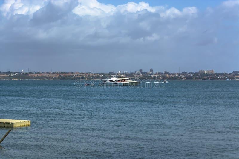 Widok przy wodami na wybrzeżu przy Luanda miastem z wodą z, łodzie i strumienie, na Luanda mieście i niebie jako tło obrazy royalty free