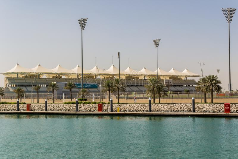 Widok przy Yas Marina obwodem w Abu Dhabi od morza zdjęcia stock