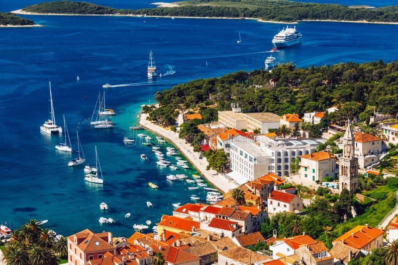Widok przy zadziwiaj?cym archipelagiem z ?odziami przed grodzkim Hvar, Chorwacja adriatic schronienia hvar wyspy stary miasteczko zdjęcia stock