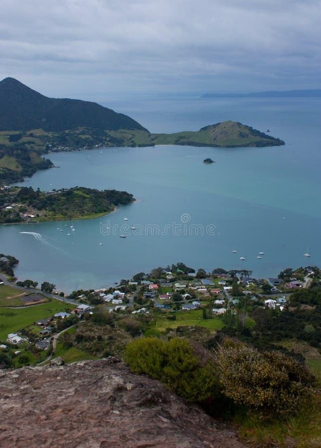 Widok przy zatoką z morza i rodziny domami od Mt Manaia blisko Whangarei w Północnej wyspie na Nowa Zelandia obrazy stock
