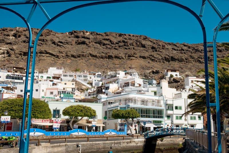 Widok Puerto De Mogan tradycyjna hiszpańska wioska w Granu Canaria wyspie z starymi biel domami, górami w backgroumd na a i obrazy royalty free