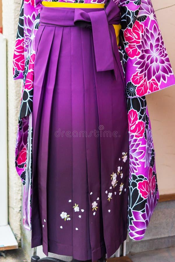 Widok purpurowy kimono w sklepie, Kyoto, Japonia Zakończenie pionowo zdjęcia royalty free