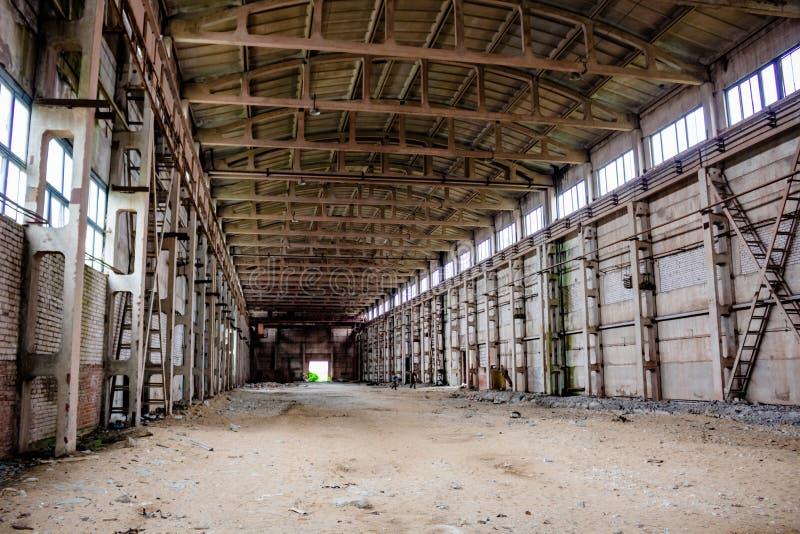 Widok pusty hangar w starej fabryce fotografia stock