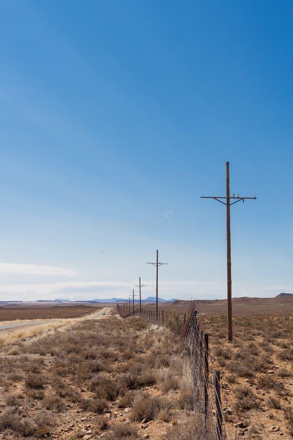 Widok pustynny krajobraz z drogą gruntową uprawia ziemię wewnątrz caklem i zdjęcia royalty free