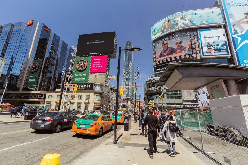 Widok puszka miasteczka Toronto młoda ulica z różnorodnymi nowożytnymi budynkami i ludźmi chodzi w tle zdjęcia stock