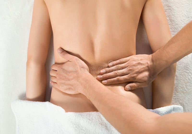 Widok ręki doktorski masowanie plecy kobieta z góry zdjęcie stock